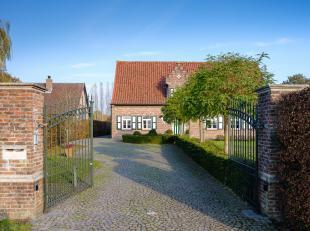Heerlijk ruime villa in modern-landelijke stijl, met fantastisch zicht op de uitgestrekte achterliggende velden. Deze gezellige instapklare woning hee