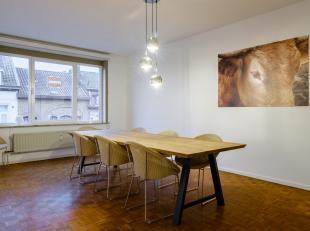 Uiterst goed gelegen eenslaapkamer appartement te koop! Dit aangenaam en lichtrijk appartement is heel recent opgefrist geweest: volledig vernieuwde b