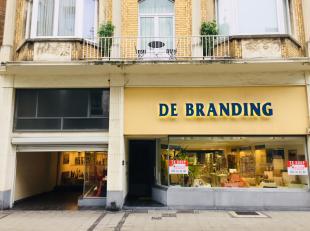 Handelszaak (kleinhandel, kantoor, vrij beroep,) op een COMMERCIËLE LIGGING in het handelscentrum van Oostende, vlak bij het Wapenplein met woong
