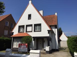 Opvallende, karaktervolle villa met aparte garage en rondom tuin op 490m² met een bruikbare vloeropp. van 176m². Royaal woongenot door o.a.