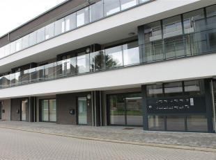 Zeer mooi afgewerkt en instapklaar assistentie-appartement met een zuidelijk terras (28m²) in het centrum van (Over)Pelt.<br /> De assistentiewon