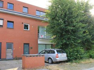 Ruim kangoeroe appartement gesitueerd net buiten centrum van Hamont. Betreffende hier een volwaardig appartement op de eerste verdieping en een nog af