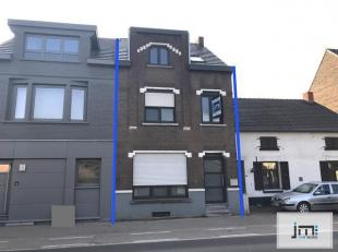 Deze deelsgerenoveerdewoning is gelegenaan de Hasseltsesteenweg in Kortessem. Afgelopen jaren is de woning voorzien van nieuwe ramen, verwarming en da