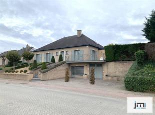 Deze mooie villa met grote commerciële ruimte situeert zich net buiten het centrum van Wellen op een prachtig perceel van bijna 40 are. De woning