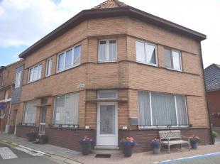 Deze handelszaak met  woongelegenheid is gelegen in het centrum van de deelgemeente Halle-Booienhoven. Tot voor kort werd hier een café uitgeba