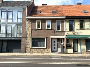 Deze karaktervolle woning werd de afgelopen jaren volledig gerenoveerd. Zo werden verwarming, sanitair en elektriciteit vernieuwd en werden ook de vlo