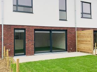 Deze ruime nieuwbouw met zuid gerichte tuin en toegang achteraan beschikt over een inpandige garage, ruime leefruimte met open keuken. Boven zijn er 3