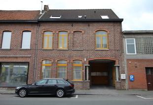 Drie (3) staanplaatsen te koop in het centrum van Kortrijk. Ideaal gelegen op een aantal minuutjes van de belangrijkste verbindingswegen van Kortrijk