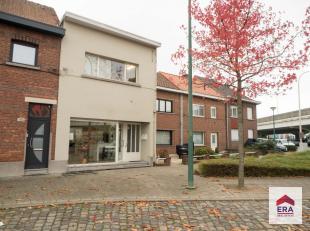 Dit handelshuis bevindt zich op een zeer centrale locatie nabij het centrum van Wilrijk. Omgeven door invalswegen (A12/E19/Ring), openbaar vervoer, sc