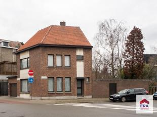 Op een boogscheut van het centrum van Wilrijk bevindt zich deze zéér ruime woning op een perceel van maar liefst 728m²! Het huis we