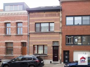 Deze verzorgde woning is gelegen in het centrum van Wilrijk. In deze rustig gelegen straat is het erg aangenaam wonen. Het huis ligt op wandelafstand