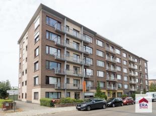 Dit ruime 2 slaapkamerappartement is gelegen op de derde verdieping van een verzorgde residentie (met lift). Het appartement is erg centraal gelegen,