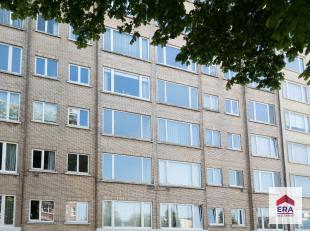 Dit appartement is gelegen op de vijfde verdieping van een verzorgde residentie met lift. Het appartement bestaat uit een inkomhal met kastruimte, een