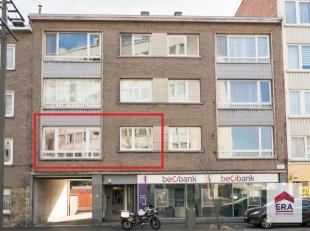 Ruim en licht appartement (ca. 80m²) gelegen op de eerste verdieping met lift in het centrum van Wilrijk!Het appartement omvat een inkomhal met g