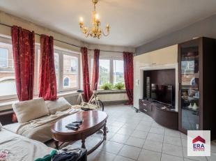 Dit appartement is gelegen op de tweede verdieping (tussenverdieping) van een klein gebouw. Het appartement heeft een grondige opknapbeurt nodig, maar