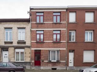 In een rustige wijk te Wilrijk kan je deze op te frissen woning terugvinden. In de nabije omgeving van deze woning bevinden zich tal van winkels en op