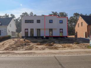 Deze moderne halfopen woning (rechts) beschikt over een totale woonoppervlakte zo'n 147,50m².<br /> De woning is aan de buitenzijde afgewerkt met