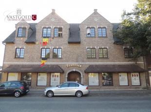 In het centrum van Overpelt bevindt zich dit appartement dat beschikt over 2 slaapkamers.INDELING:Gelegen op de tweede verdieping-  Inkomhal, leefruim