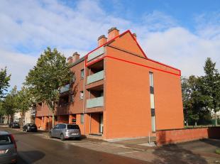 Goed onderhouden en mooi appartement met een ruim terras van 54 m² en een kleiner terras. Het appartement is als volgt ingedeeld: inkomhal, wc, l