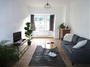 GERENOVEERD APPARTEMENT MET 1 SLAAPKAMER. Eetkamer en salon op geschuurde authentieke planken vloer met aansluitend naast het salon een kleine ruimte