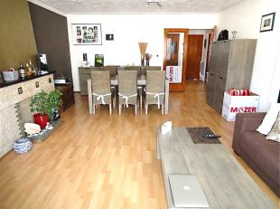 Inkomhal en living (35m²) op laminaat, ingerichte zwart-wit betegelde keuken met elektrische kookplaat, oven, afzuigkap en koelkast met vriesgede