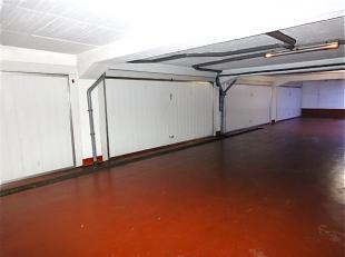Autostaanplaats in ondergrondse garage vooraan beveiligd met automatische gemeenschappelijke poort en de autostaanplaats zelf is in een dubbele box di