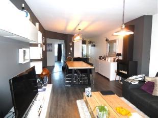 Inkomhal met vestiaire/bergkasten. Living op mooie donkere laminaatvloer. Aansluitend aan de living is een open keuken voorzien van koelkast, vriezer,
