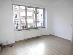 1 minuut van het bruisende Marnixplein ligt dit volledig gerenoveerd studio/appartementje dat bestaat uit een inkomhal, living/leefruimte, keuken met