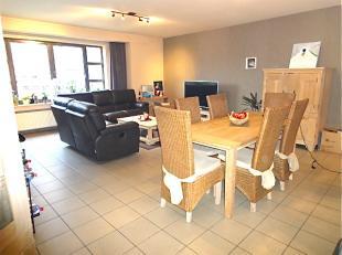 Inkomhal, living 40 m² op grijze tegelvloer, open ingerichte keuken met eettoog en toestellen. Aangrenzend aan de keuken bevindt zich een berging