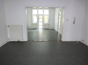Living en eetkamer op vinylvloer,  keuken met aanbouwkasten en toestellen.1 slaapkamer. Badkamer met douche en lavabo, apart toilet en tuin. Ramen, du