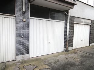 Garagebox met automatische poort op het gelijkvloers van een groot gebouw met 57 appartementen in een straat met 8 grote appartementsgebouwen waar sin
