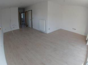 Gelijkvloers aapt ca.140m²: woonkamer met openkeuken en veel licht inval, 2 slaapkamers, badkamer met douche, aparte wc, berging grote tuin/terra