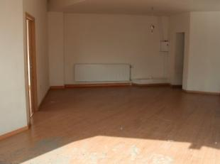 Ruime gelijkvloer appartement met 1 slaapkamer, woonkamer, keuken, badkamer met wc. CV op aardgas. Geen tuin/koer. Elektriciteit, gas en water zijn in