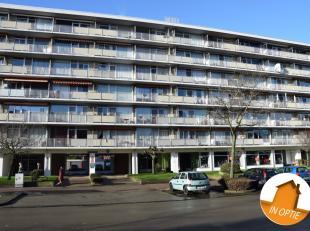 Appartement met zicht op Hoboken/WilrijkDit appartement op de zesde verdieping te bereiken via de traphal of lift heeft volgende indeling:Inkomhal, le