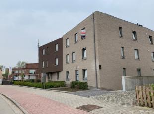 Dit appartement op de tweede verdieping, toegankelijk met de lift, wordt te huur aangeboden nabij het centrum van Hemiksem.U dient er rekening mee te
