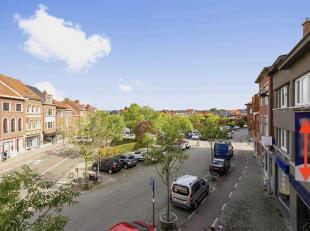Omschrijving: het handelspand strekt zich over de huisnummers 50 en 52 op de Leuvensestraat in Kessel-Lo, vlakbij het de Becker Remyplein, en biedt op