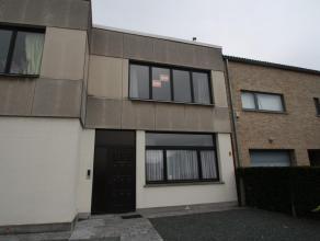 Klassiek appartement op de eerste verdieping van een klein gebouw, gelegen vlakbij het station van Londerzeel, en omvattende: ruime living (± 2