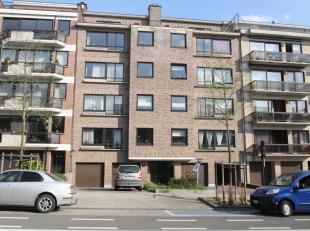 Lichtrijk appartement gelegen op de derde verdieping, bestaande uit: inkomhall met vestiaire en aparte wc, ingerichte keuken, leefruimte (+/- 34m&sup2