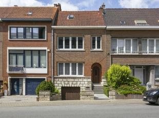 Maison à moderniser, située à deux pas de la Rue de Wand et de la tour japonaise, et comprenant au rez-de-chaussée: living
