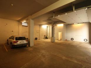 Afgesloten autostaanplaats gelegen op gelijkvloerse verdieping van een gebouwencomplex. Vrij van gebruik.