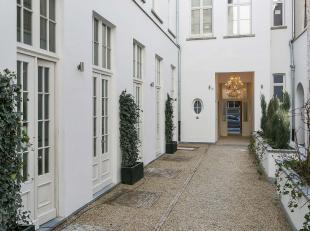 Het best bewaarde geheim van Antwerpen. Echt uniek wonen in een gerenoveerde historische woning. Souterrain (Slaap)kamer met vide op eiken parket met