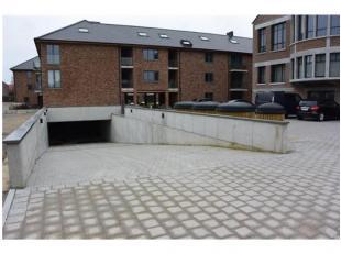 3 ondergrondse staanplaatsen te huur vlakbij het centrum van Hoegaarden, in een nieuwbouwparking. Veilige ligging. Op 5 minuten van E40 en openbaar ve