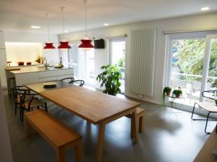 Dit lichtrijk appartement is tot in detail vernieuwd in 2016 met uiterst kwaliteitsvolle materialen.<br /> Het beschikt over een ruime inkom met video