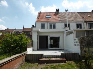 Deze smaakvol afgewerkte en energiezuinige woning is gelegen nabij het UZ en de invalswegen van Gent. Ze beschikt op de gelijkvloerse verdieping over