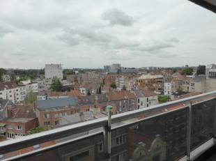 Dit lichtrijk appartement  op de 7de, en bovenste verdieping- is zeer rustig, doch centraal gelegen. Dit 2 slaapkamer appartement omvat een ruime en l