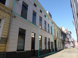 Dit energiezuinig, pas gerenoveerd appartement bevindt zich op de 1ste verdieping in het historisch stadscentrum van Gent, doch rustig gelegen. Ze omv