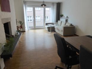 Dit ruim appartement omvat een inkomhal, afzonderlijk toilet, badkamer met lavabo en bad/douchecombinatie, ingerichte keuken met aansluiting voor wasm
