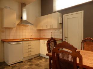 Deze leuke studio bevindt zich op de gelijkvloerse verdieping en omvat een gezellige leefruimte met open keuken en eethoek. De badkamer beschikt over