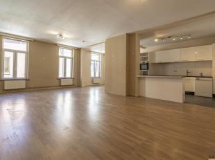 Appartement situé au 1er étage dun petit immeuble, situé en plein centre de Braine lAlleud à deux pas de la Gare.Vous y tr