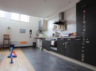 Cap Sud Namur vous propose un duplex 2 chambres avec bureau et terrasse. Proche des facilités. Composition: cuisine équipée, salo